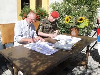 Partnerschaftsurkunden-Unterzeichnung